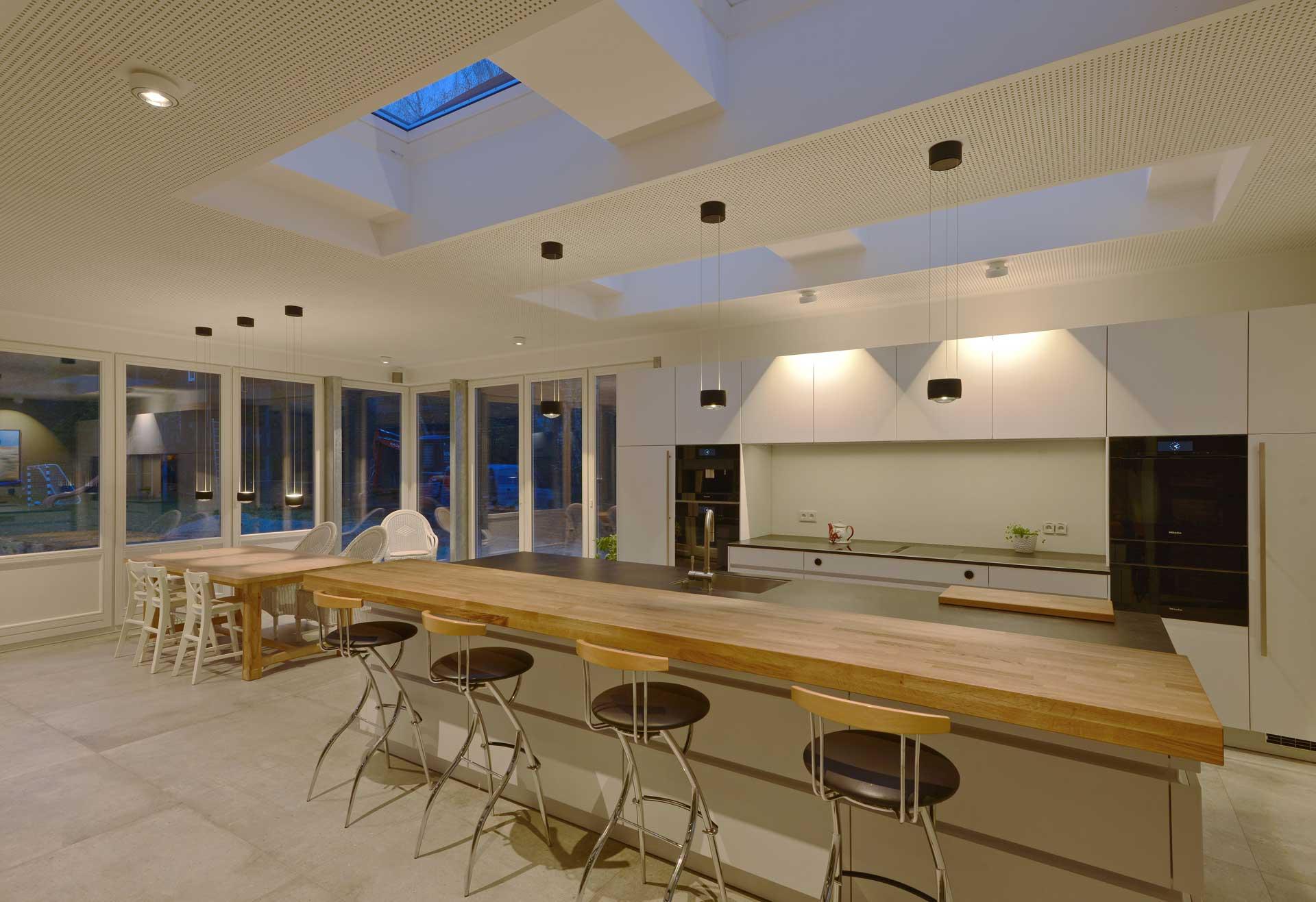 Lichtwirkung in Wohnhausküche mit brilliant wirkendem Lichtkonzept