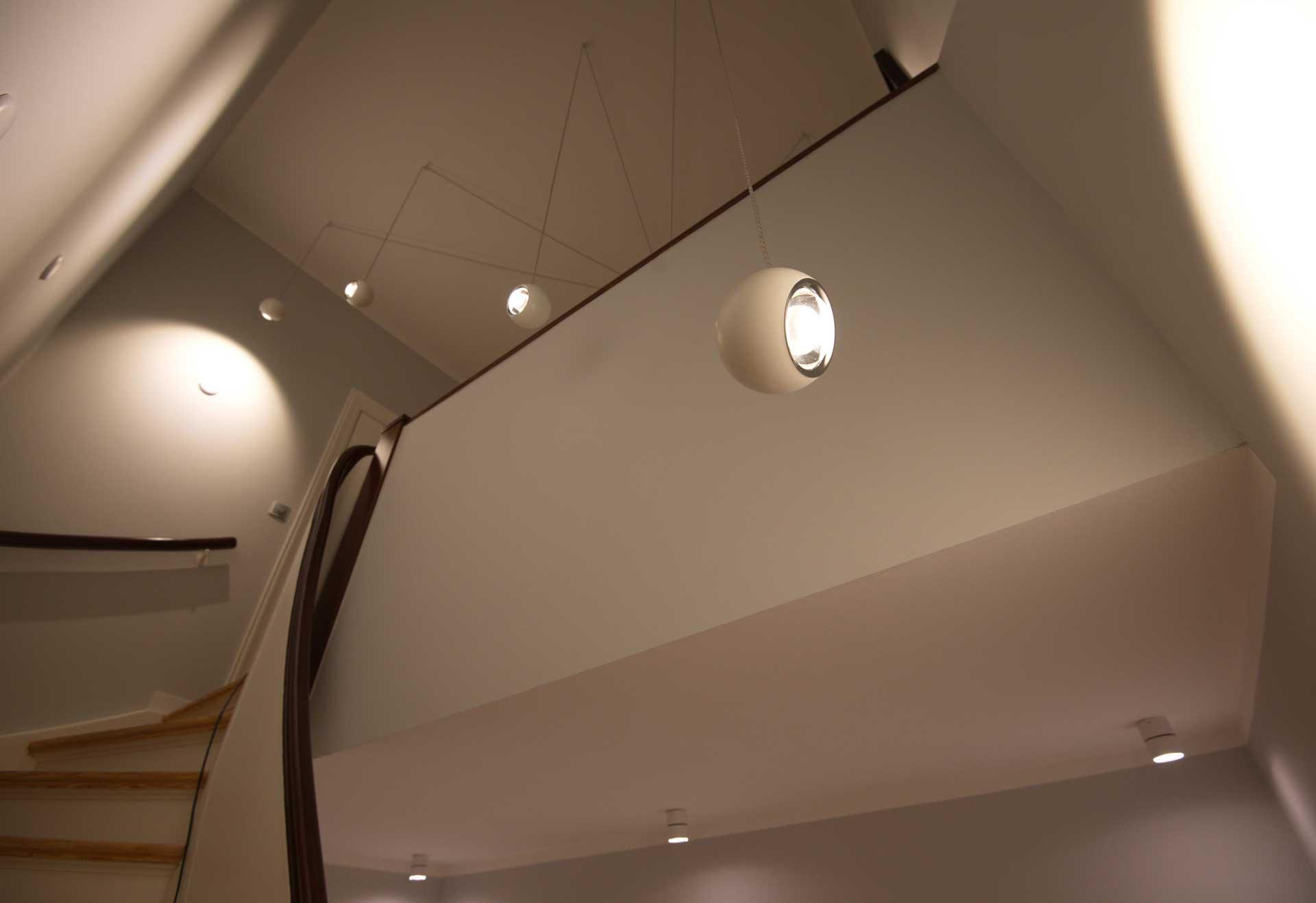 Gezielte Lichtwirkung auf zwei Etagen im Treppenhaus