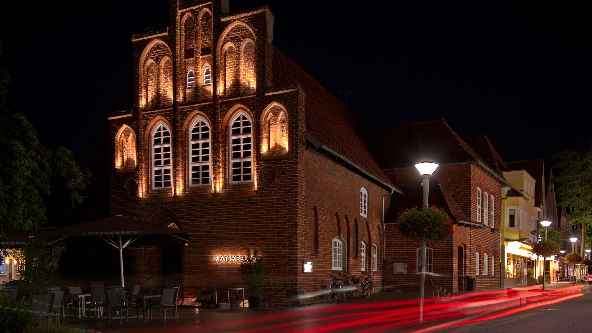 Kleinteilige Lichtplanung für denkmalgeschütztes Rathaus mit historischer Fassade